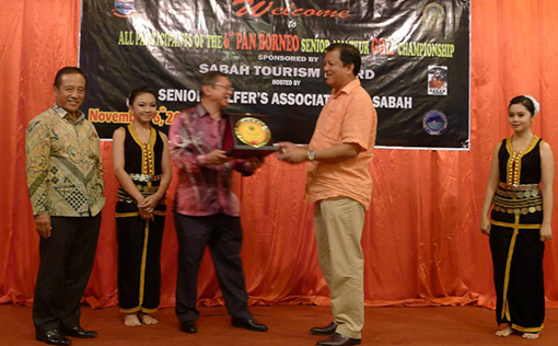 The Chairman of Organizing Committee presenting momento to YB Datuk Joniston Bangkui, Chairman of Sabah Tourism Board