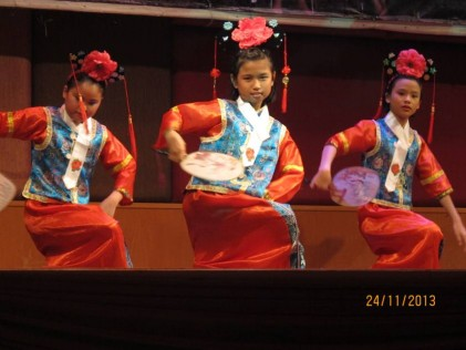 The sweet young dancers doing a Chinese dnce