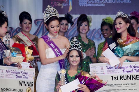 Miss Malaysia Kebaya 2013 Sunshine Aileen Devi Eric being crowned by last year winner Jean Lee