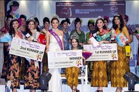 Miss Malaysia Kebaya 2013 top 5 winners posing with 2012 winner Jean Lee (3rd from left)