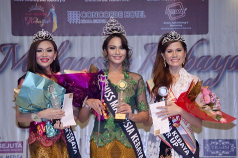 Miss Malaysia Kebaya 2013 winner Sunshine Aileen Devi Eric (centre), 1st runner up Maryanne Lee (left) and 2nd runner up Massuhaella Binti Mohd Idris