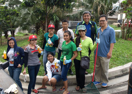 Ding (second from right) with residents and volunteers working together for a cleaner community environment at Sungai Way New Village