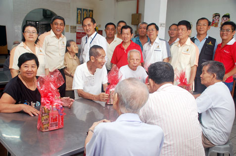 JKKK Sungai Way and MBPJ councillor Sean Oon Chong Ling (standing 3rd from left) at Rumah Sejahtera Seri Setia Sg Way