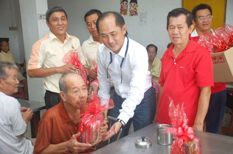 MBPJ councillor Sean Oon Chong Ling distributing hampers to Sungai Way Old Folks Home residents