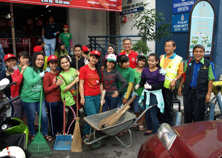 Participants getting ready to roll out in sprucing  up Sungai Way New Village