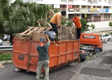 Rubbish collected are placed into a truck supplied by MBPJ