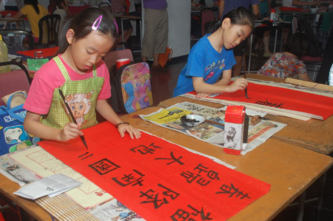 SJKC Yu Hua student Koh Wen Yu (left) at the calligraphy contest