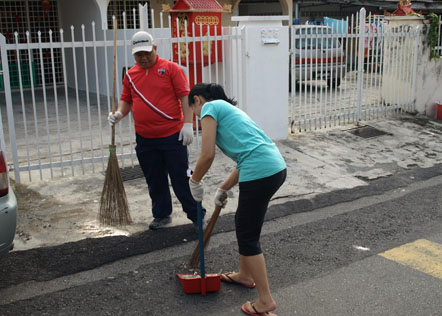Sungai Way New Village residents helping out in the gotong royong .