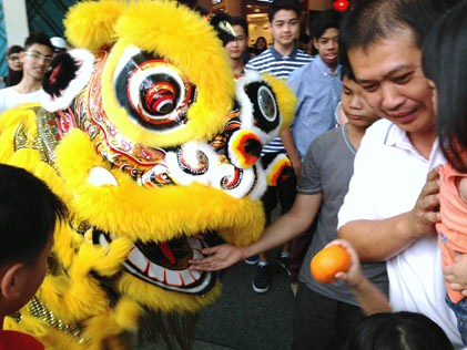 The lion gives mandarin oranges out through its mouth