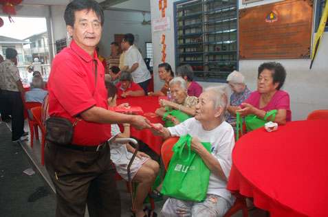Gan Keng distributes ang pows to senior c