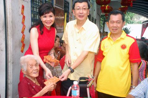 LBS Bina Group Bhd managing director Datuk Seri Lim Hock San (centre) presenting ang pow to a senior citizen at Sungai Way Old Folks Home, PJ