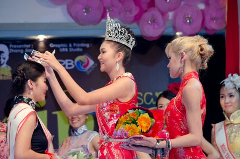 Miss Chipao Malaysia 2013 Immaculate Lojuki  placing the crown on Sandra Chong, the new Miss Chipao Malaysia 2014