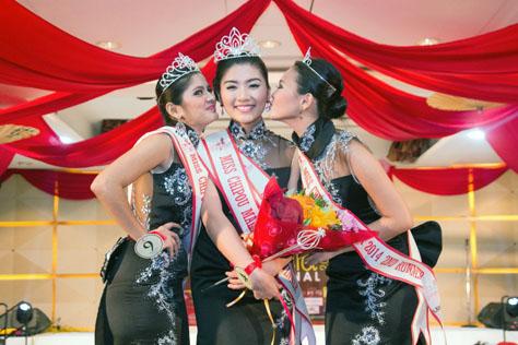 Miss Chipao Malaysia 2014 runners-up giving winner Sandra Chong a kiss on each cheek
