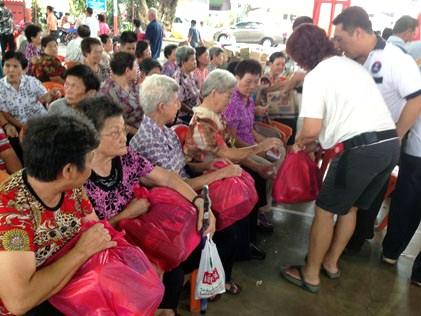 Yuen Leong Sing Fatt Temple, Kg Cempaka distributes foodstuff to senior citizens