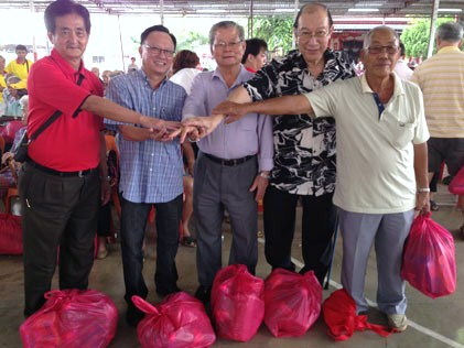 Yuen Leong Sing Fatt Temple president Lee Mun Hoong (centre), temple adviser Dato' Dr Wong Sai Hou (2nd from right) at the annual charity donation gifts event