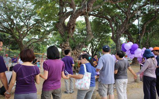 Joining hands while singing 'Kita bangsa Malaysia'