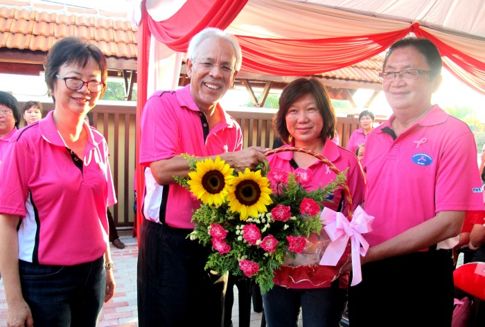 Tan Sri Dato' Shahrir Abdul Samad with a bouquet of sunflower filled with love.