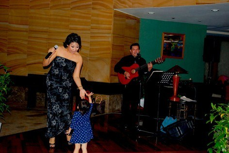 Songstress Clair Rozells serenades a young guest during Earth Hour 2014 at Armada Hotel PJ