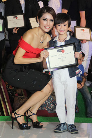 Most Promising Male Kid Model 2014 Housan Ng Hao Sen receives his award from Amber Chia