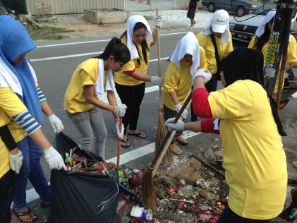 Volunteers clean up rubbish on streets