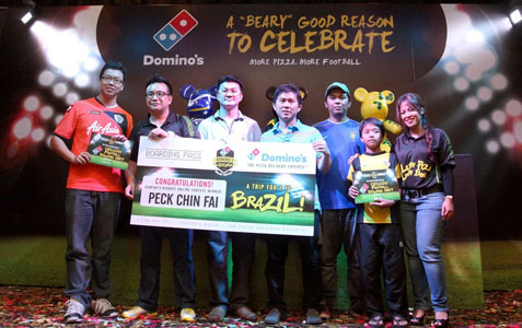 Ba U Shan-Ting (2nd from left) and Hasfahlinda Hassan (far right) all smiles with the winners of Domino's Kickoff Online Contest at the launch of Popobe® Bola Bears by Domino's
