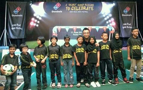 Ba U Shan-Ting posing with underprivilege children from Good Samaritan Home, Klang and Rumah Anak Yatim Sg. Buaya, Kuala Langat