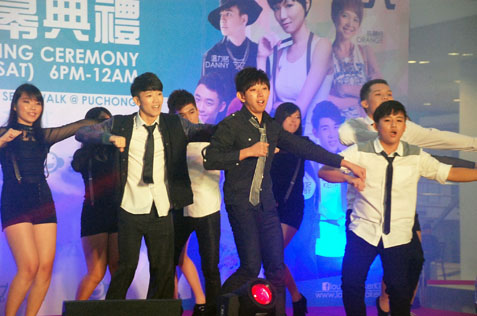 MMU Cyberjaya students, Chinese Language Society showing off their dance moves