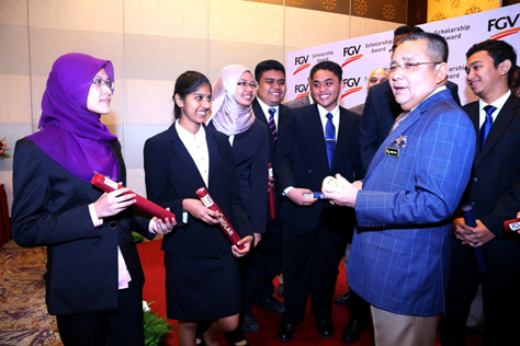 FGV chairman Tan Sri Mohd Isa Abdul Samad with FGV's Scholarship Award recipients