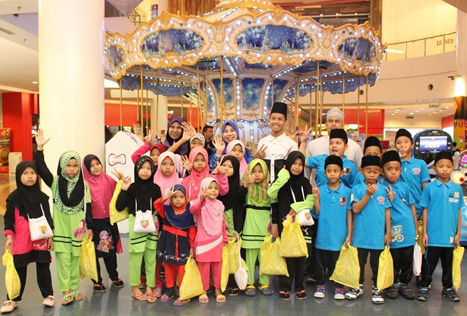 Happy faces all around as children from Rumah Amal Suci Rohani take a group picture with their caretakers at eCurve's CP Arcade.