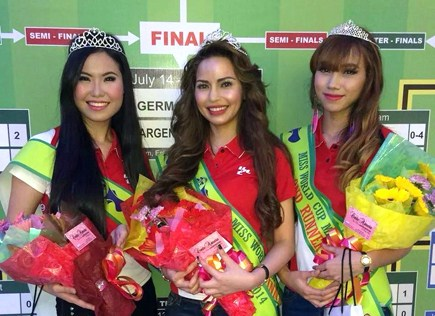 Miss World Cup Malaysia 2014 winner Elizabeth Naluz (centre) is flanked by 1st runner-up Orange Ooi Ning (left) and 2nd runner-up  Nurul Hamizah (right)