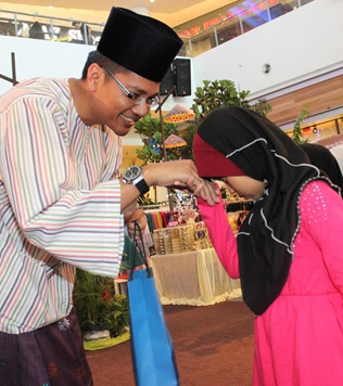 The children were presented with duit raya as well as goodie bags