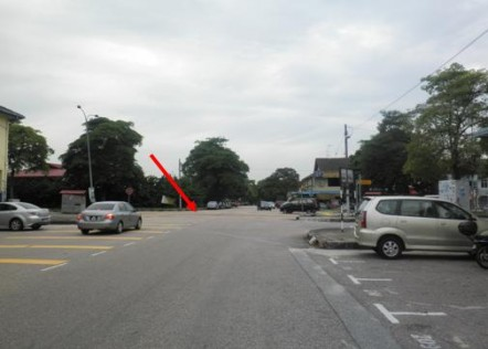 Arrow showing the 'blind' t-road junction. View from Jalan Molek 2/1 on a Sunday.