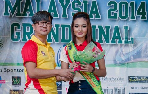 Miss Photogenic subsidiary title winner Hamsha Nurshafinaz receives her prize from Beggy Yeong.