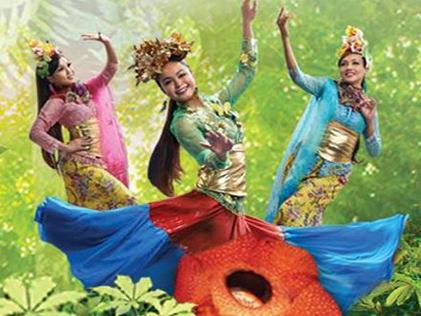 Dancers in colourful costumes reminiscent of exotic flowers and butterflies bring the bloom of Raya to life at eCruve's Mekar Raya festivities.