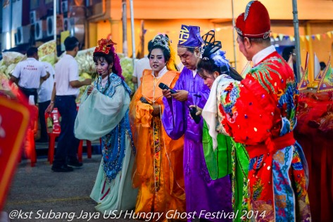 Opera singers pay tribute to the to the effigy of Tai Su Yeh the King of Hades