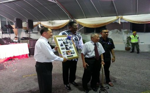 Rayer (2nd from left) presenting the award the Mr Jeremiah (2nd from right).