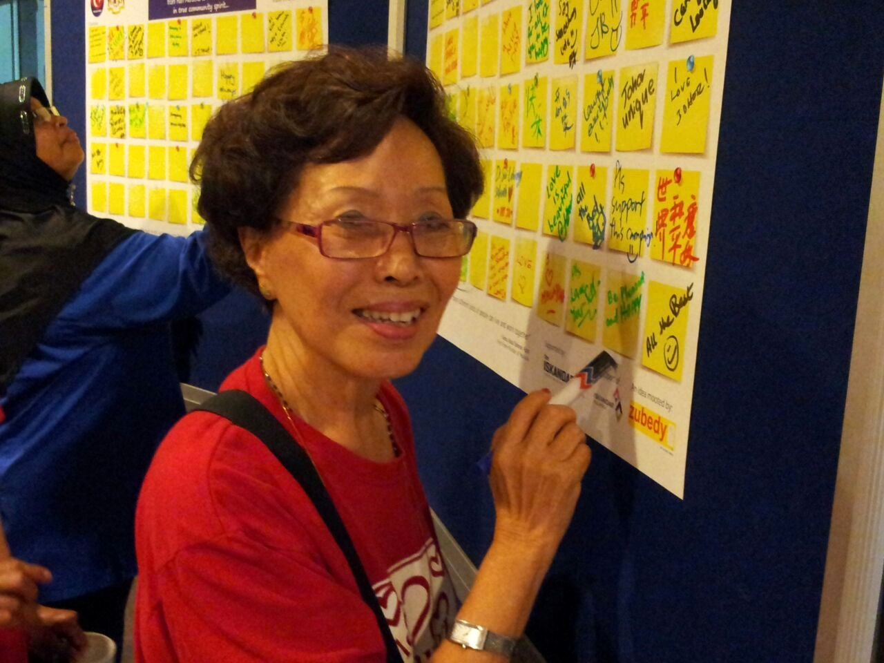 Mdm Theresa Ho writing on the chart for the campaign