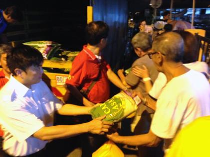 BN/MCA Petaling Jaya Utara chairman Tan Gim Tuan (left) handing out rice packets to senior citizens at Sea Park Mid-Autumn Festival 2014.