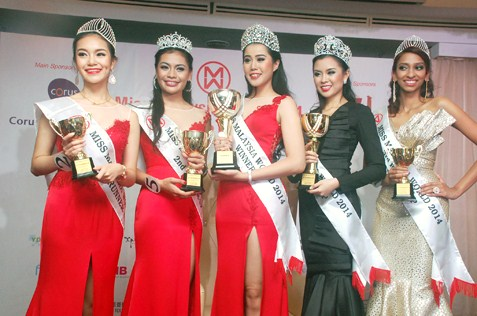 Miss Malaysia World 2014 Dewi Liana Seriestha (centre) is flanked by (L-R) Olivia Shyan (4th runner-up), Cassandra Devi (2nd runner-up). Bob Low (1st runner-up) & Dhivya Dhyana (3rd runner-up)