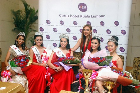 Miss Malaysia World 2014 licensee and pageant organiser Dato' Anna Lim posing with the winners
