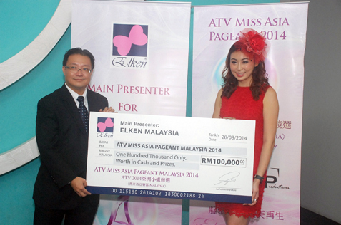 Mock cheque presentation from main presenter Elken Malaysia senior marketing manager Abel Lim to Amelia LIew
