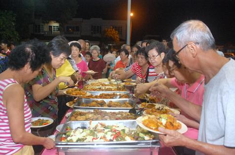 Residents enjoy good food at Pesta Tanglung