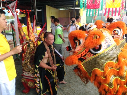 The lions bow to a medium, in a state of trance as the deity Fa Zhu Gong on his birthday celebration