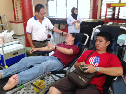 Wong Loo Sen Se Chee Choong Temple, Cheras president How Joon Wai checking on a blood donor