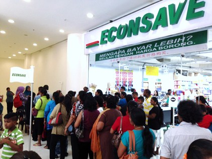 Participants of Jom Shopping Deepavali 2014 lining up for shopping vouchers