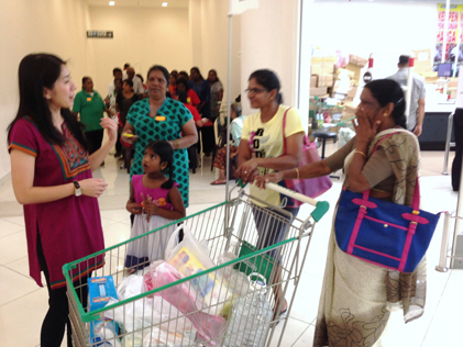 Yeo Bee Yin chatting with Jom Shopping Deepavali 2014 participants