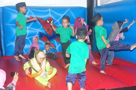 children jumping at bouncy house