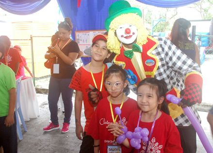 hildren posing with clown