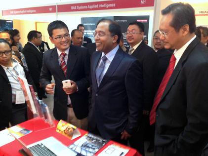 Katsana CEO Syed Ahmad Fuqaha explains a point to Perak Menteri Besar Zambry Abdul Kadir at the TPM booth at CSM-ACE 2014.