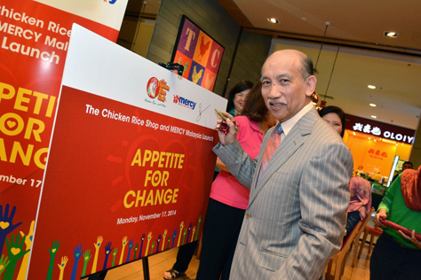 TCRS chairman Tunku Dato' Mu'tamir bin Tunku Mohamed  putting his signature to a board at the launch Appetite For Change